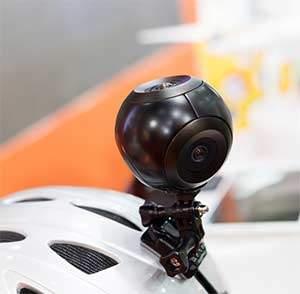 Auf dem Helm befestigt, kann die 360 Grad Kamera ein ständiger Sportbegleiter sein.